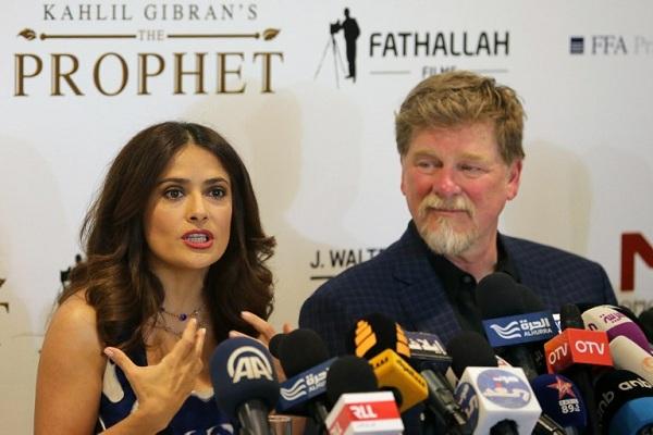 سلمى حايك خلال المؤتمر الصحافي في بيروت