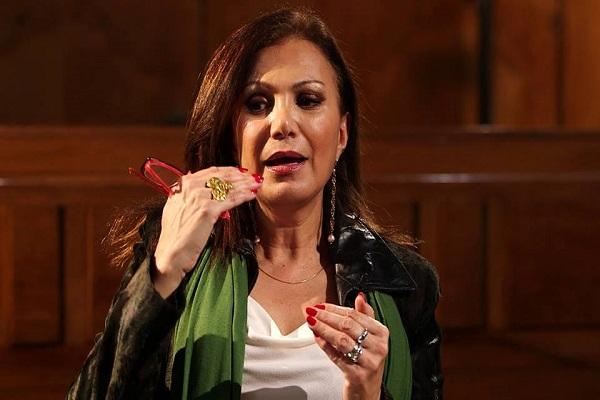 الإعلامية جيزيل خوري خلال محاورتها العمير