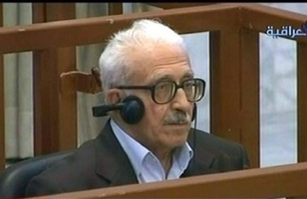 عزيز كما ظهر في أول لجلسة لمحاكمته في 29 نيسان 2008