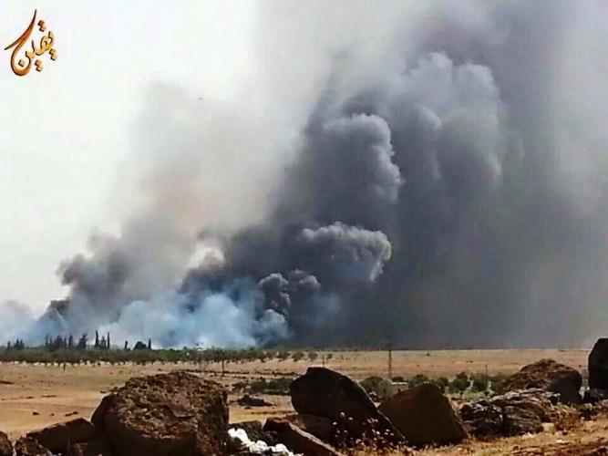 الدخان يتصاعد من محيط قاعدة (اللواء 52) بعد قصفه صباح الثلاثاء من طرف المعارضة المسلحة