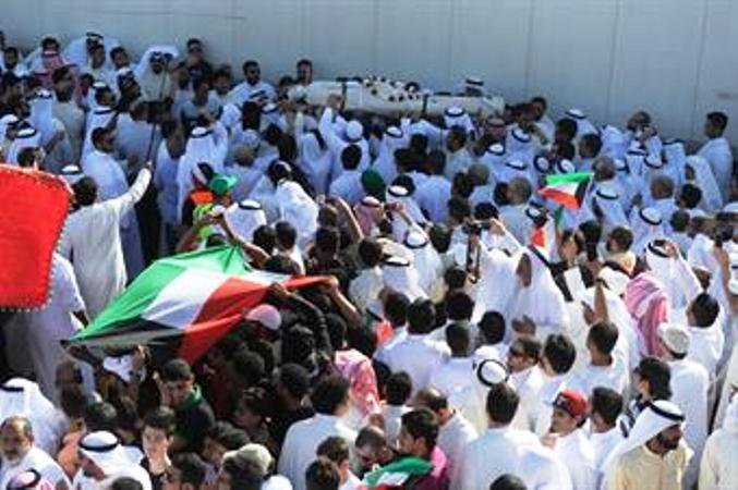 حشود تشيع قتلى التفجير في منطقة الصليبخات بالكويت يوم السبت - كونا