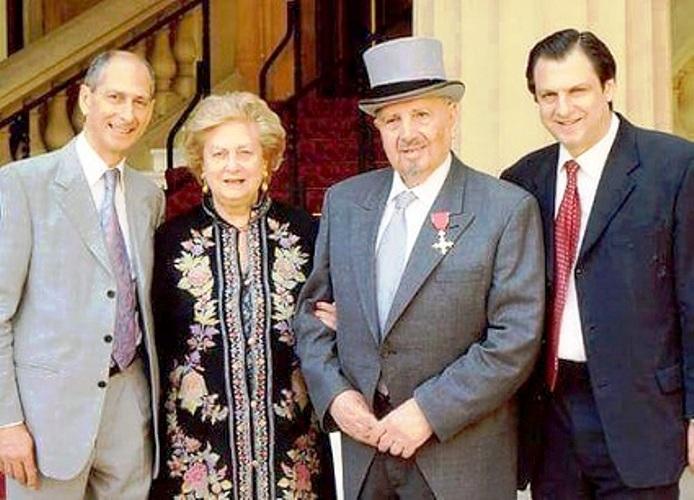 ملكة بريطانيا اليزابيث الثانية تمنح البروفيسور نعيم دنكور رتبة