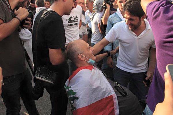 المغني معين شريف وسط المتظاهرين في حراك طلعت ريحتكم