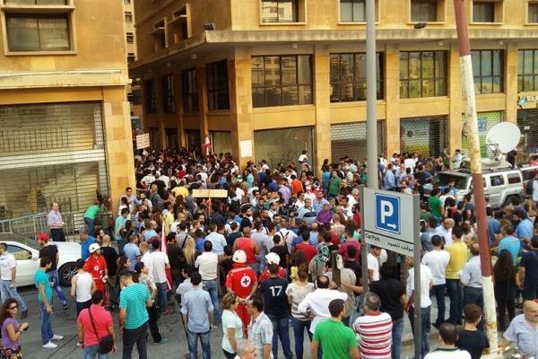 متظاهرون لبنانيون أمام مبنى وزارة البيئة