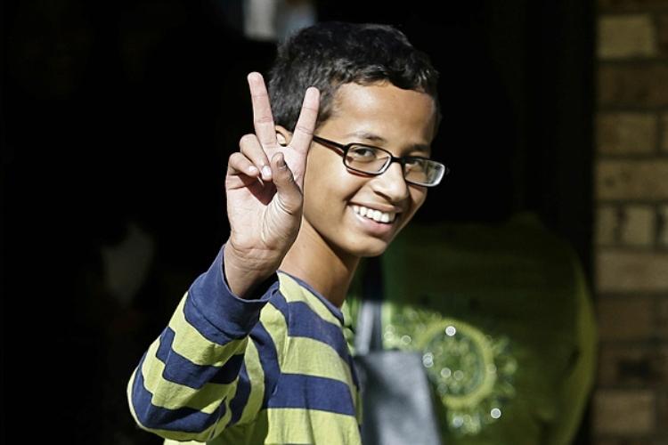 أحمد محمد صبي أميركي مسلم اخترع ساعة في بيته فقادته إلى الاستجواب والمعاملة العنصرية
