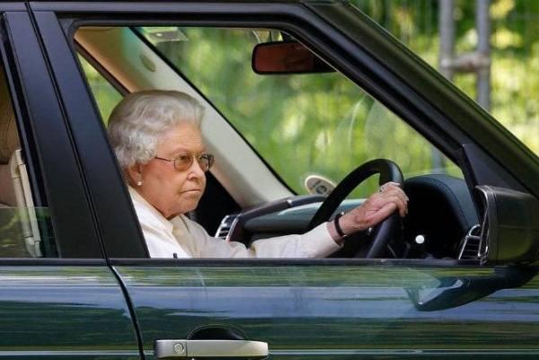الملكة اليزابيث الثانية خلف المقود