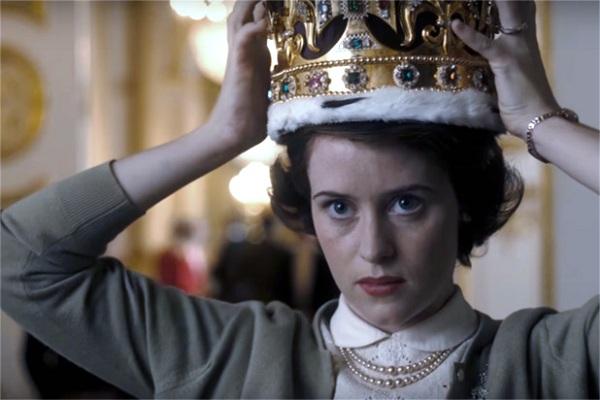 كلير فوي في دور الملكة