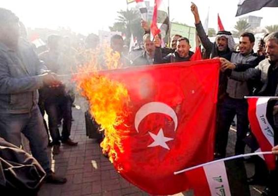 عراقيون محتجون يحرقون العلم التركي