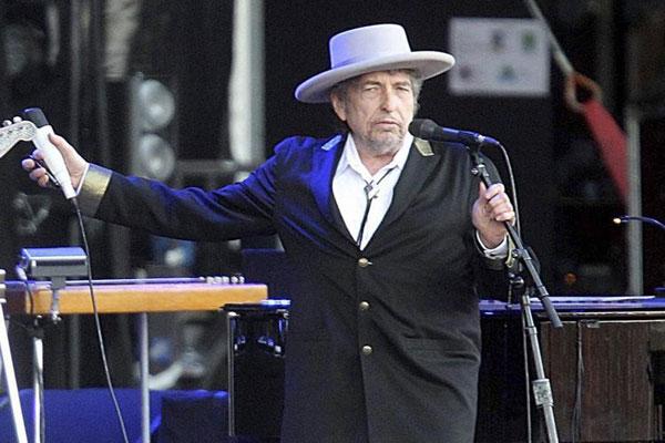 المغني بوب ديلان بعيد عن الإعلام منذ إعلان فوزه بالجائزة