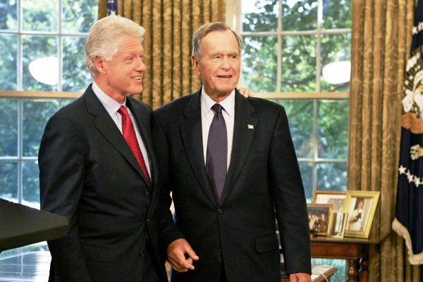 الرئيس السابق بوش الأب مع بيل كلينتون