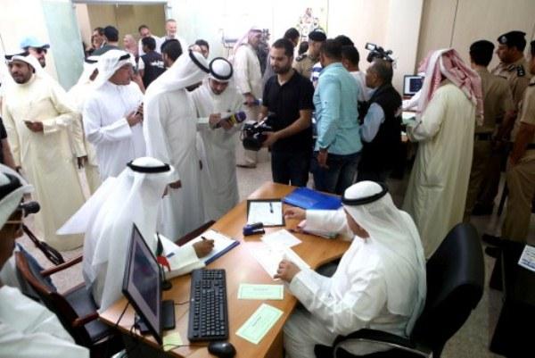مرشحون يتسجلون في إدارة شؤون الانتخابات في الكويت