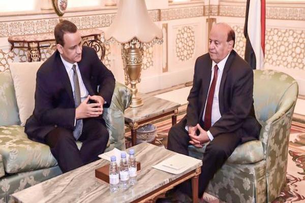 الرئيس اليمني والمبعوث الأممي خلال لقاء سابق في الرياض