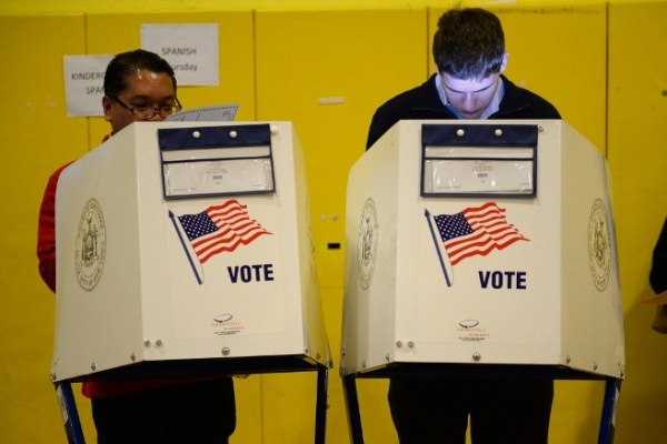 أميركيان يدليان بصوتهما في الانتخابات