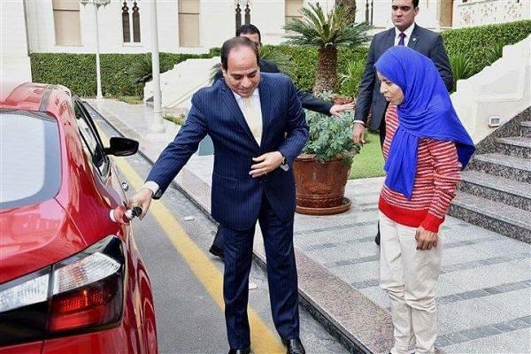 السيسي يفتح باب السيارة لضيفته