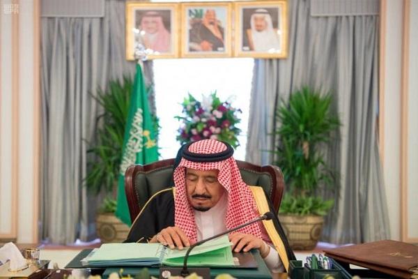 العاهل السعودي الملك سلمان خلال ترؤسه جلسة مجلس الوزراء من محافظة الخبر