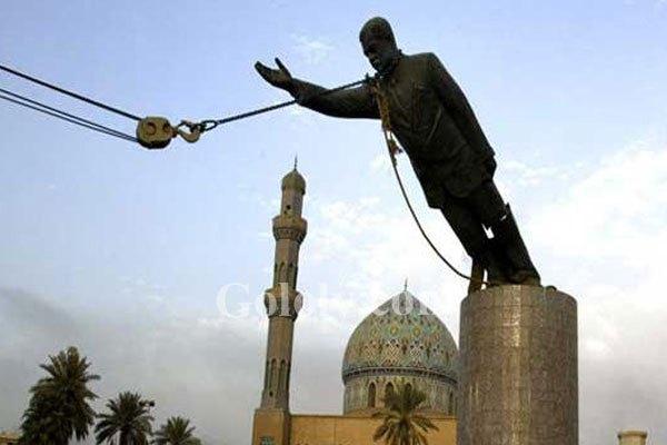 تمثال صدام بساحة الفردوس وسط بغداد لدى تحطيمه في نيسان 2003