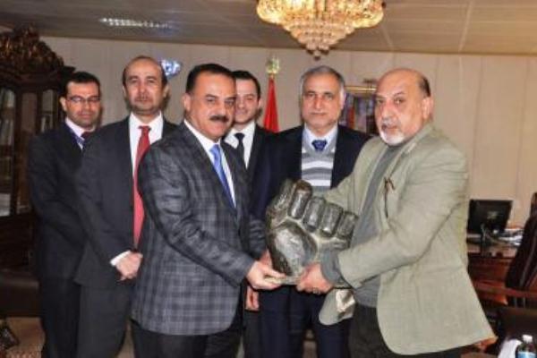 مسؤولون عراقيون في وزارة الثقافة يتسلمون قبضة صدام حسين