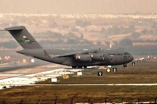 طائرة نقل عسكري تهبط في قاعدة انجرليك