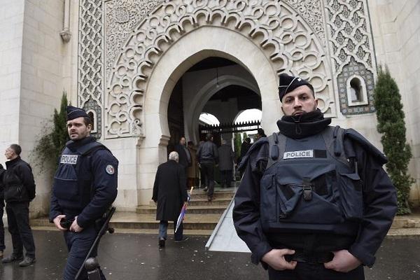 عناصر من الشرطة امام مسجد في فرنسا
