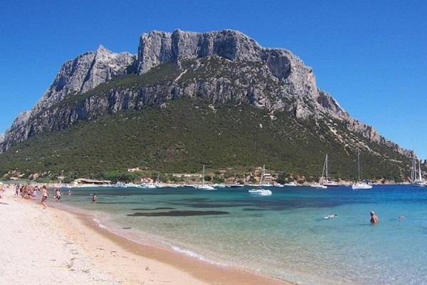 سياح على شاطئ الجزيرة
