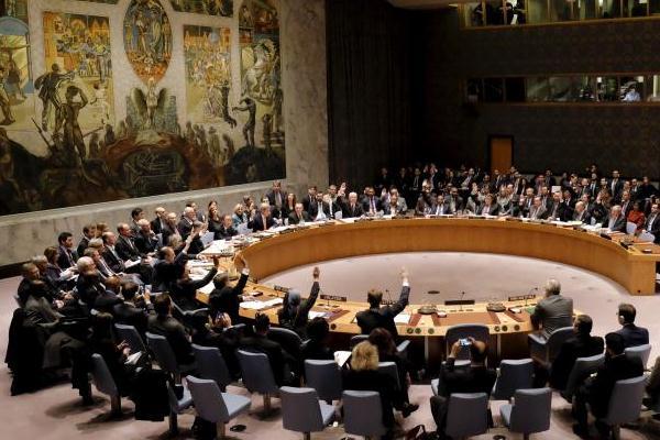أعضاء في مجلس الامن يصوتون بمقر الامم المتحدة في نيويورك