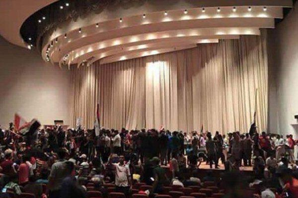 المتظاهرون يحتلون القاعة الكبرى للبرلمان العراقي