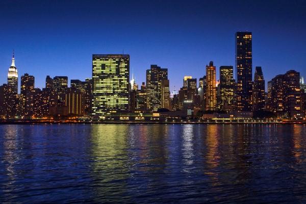 مبنى الأمم المتحدة ليلًا في نيويورك