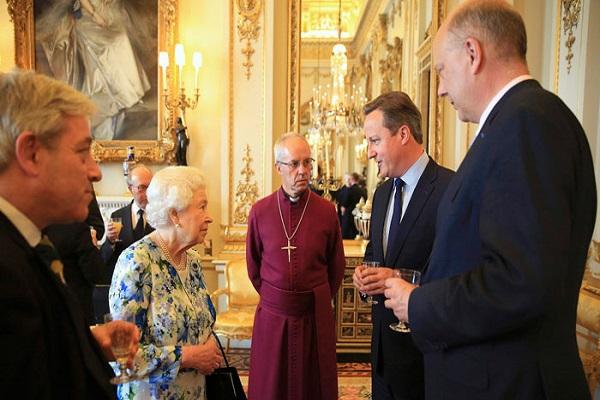 كاميرون يبلغ الملكة عن قمة الفساد