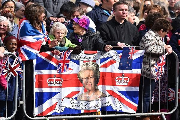 يرفعون صورة الملكة اليزابيث الثانية احتفالا