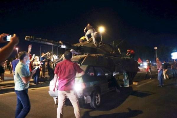 مواطنون أتراك يعتلون ظهر احدى الدبابات المشاركة في الانقلاب الفاشل
