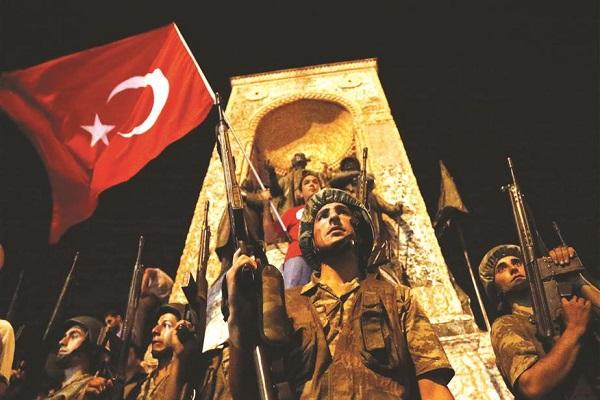 جنود أتراك يحرسون ساحة تقسيم في اسطنبول أمس