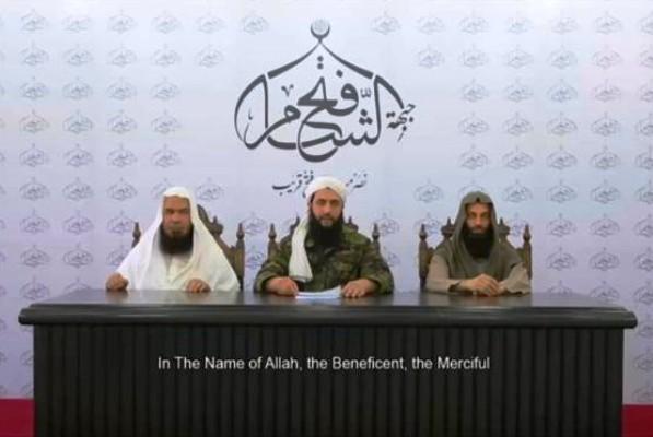 أبو محمد الجولاني (وسط) معلنا التخلي عن تسمية جبهة النصرة وفك الارتباط مع تنظيم القاعدة