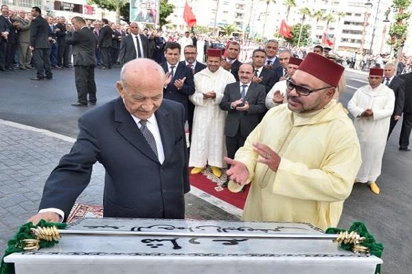 الملك محمد السادس يصفق لليوسفي لدى تدشين شارع في طنجة يحمل اسمه