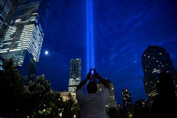 ضوء يرمز إلى برجي مركز التجارة العالمي اللذين انهارا في الاعتداءات