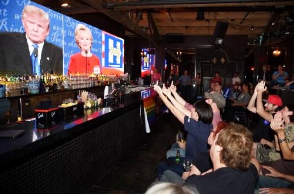 أميركيون في حانة يتابعون المناظرة الأولى بين ترامب وكلينتون