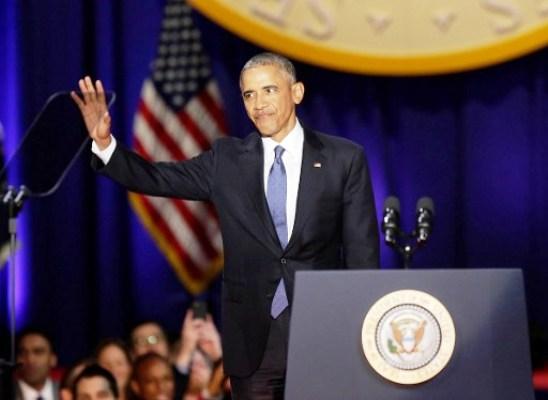 أوباما يحيي الحضور بعد القائه خطاب الوداع في شيكاغو