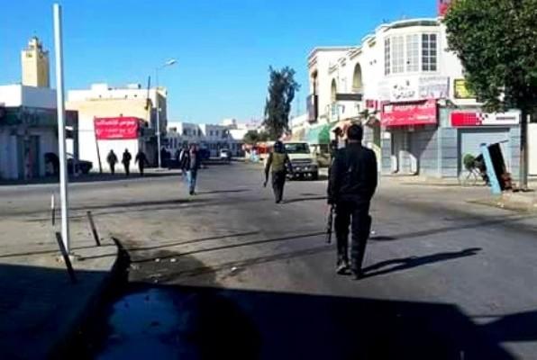 شرطة مكافحة الشغب في وسط بن قردان التونسية غداة اندلاع احتجاجات