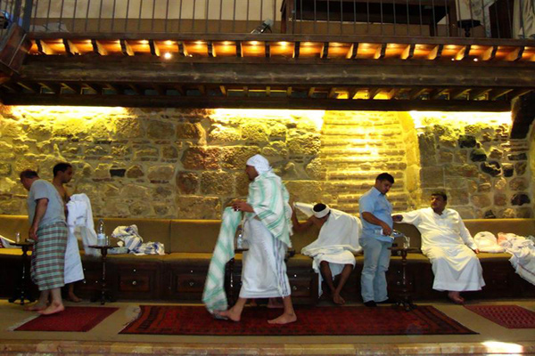بعض من مرتادي حمّام الملك الظاهر في دمشق