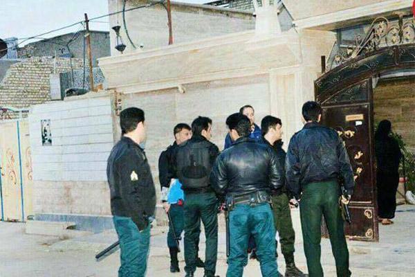 عناصر المخابرات الايرانية تداهم منازل مدينة عبادان بحثا عن السلاح