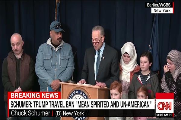 تشاك شومر خلال مؤتمره الصحافي مع العائلة السورية اللاجئة
