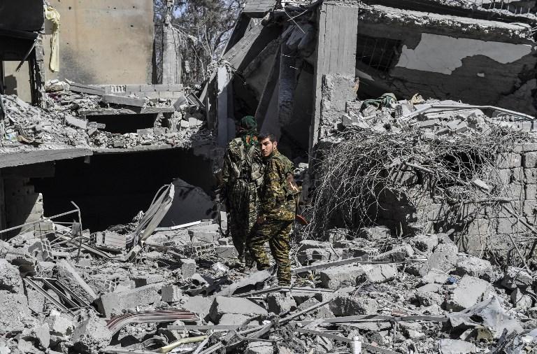 عنصران من قوات سوريا الديمقراطية في الرقة