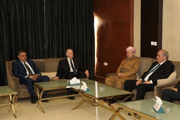 علاوي والنجيفي خلال اجتماعهما مع مسعود بارزاني في السليمانية