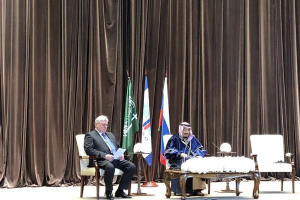 معهد موسكو يقلد الملك سلمان الدكتورا الفخرية