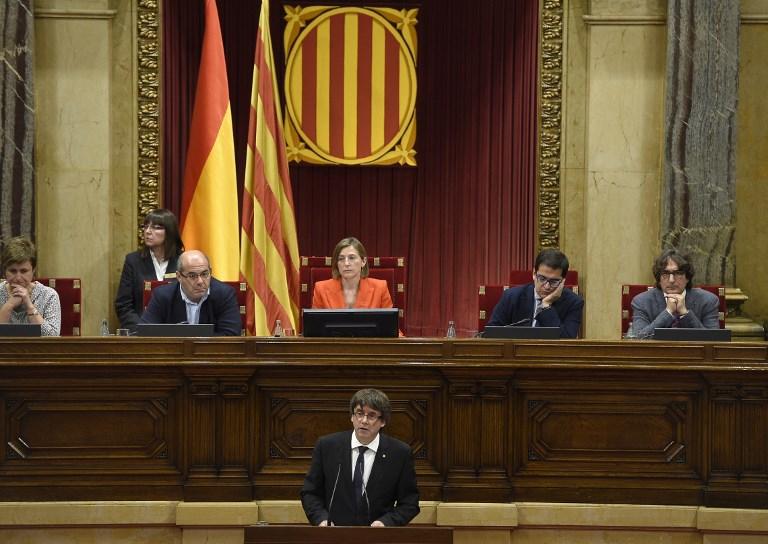 رئيس اقليم كتالونيا مخاطبا البرلمان يوم الثلاثاء