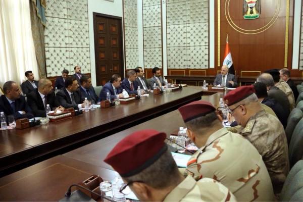 العبادي مجتمعا مع مسؤولي محافظة الانبار الغربية