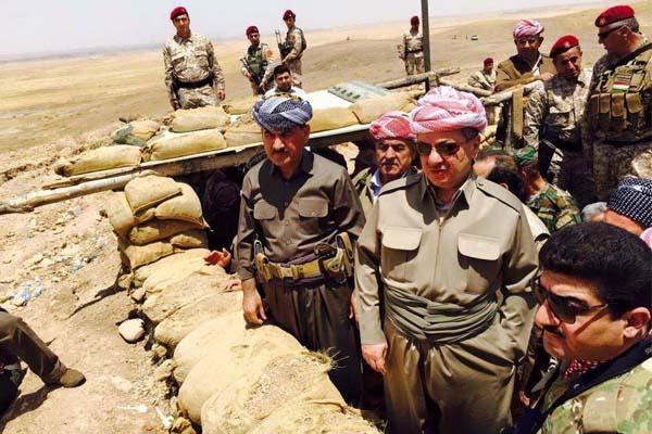 مسعود بارزاني في احد خنادق قتال البيشمركة مع داعش