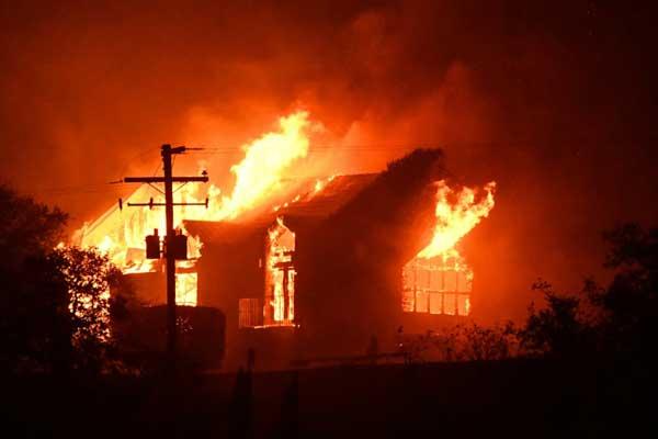 تسببت الحرائق الضخمة في مقتل 13 شخصًا ونزوح 25 ألف شخص