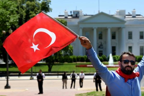 متظاهر من أنصار الرئيس التركي أمام البيت الأبيض