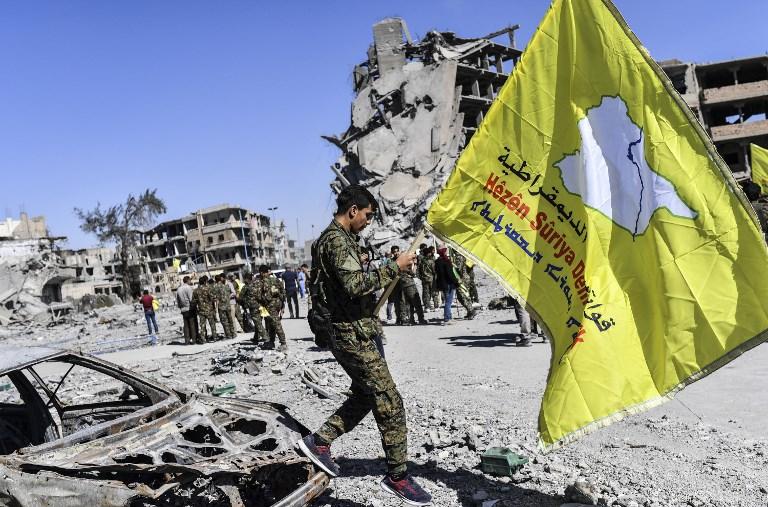 عناصر من سوريا الديمقراطية يحتفلون بتحرير مدينة الرقة