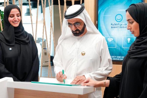 الشيخ محمد بن راشد تلقى الشهادة الرقمية الأولى من مدير عام «دبي الذكية»